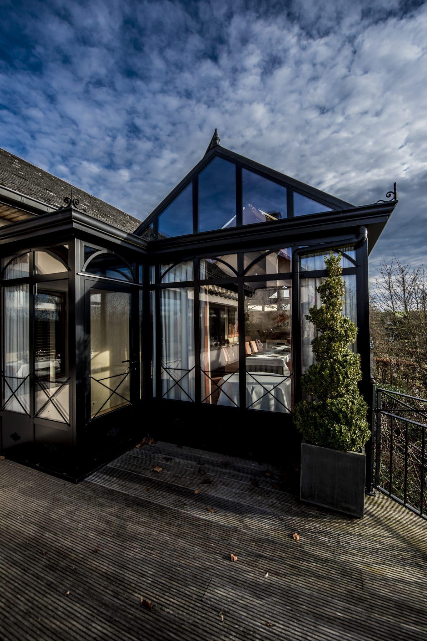 v randa et terrasse hostellerie gilain. Black Bedroom Furniture Sets. Home Design Ideas